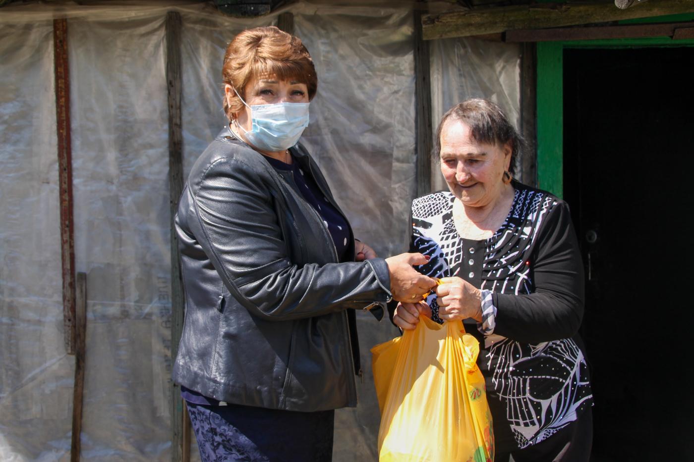 В Антраците Елена Рахмукова посетила ветеранов войны 1