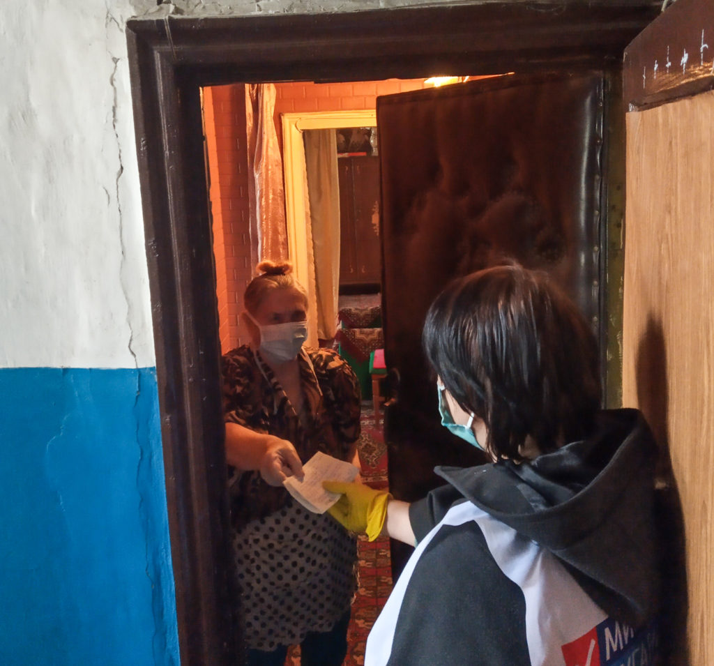 Активисты проекта «Волонтёр» помогли жителям Красного Луча 1