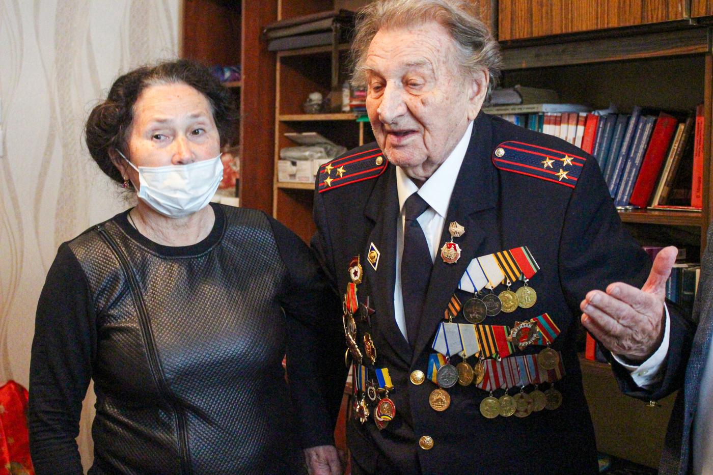Ветерану из Луганска передали стартовые пакеты от оператора мобильной связи «Лугаком» 2