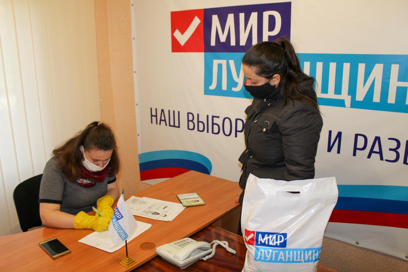 Активисты проекта «Волонтёр» ОД «Мир Луганщине» передали продуктовые наборы жителям Алчевска 1
