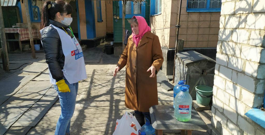 В Краснодоне волонтёры помогли жительнице города 1