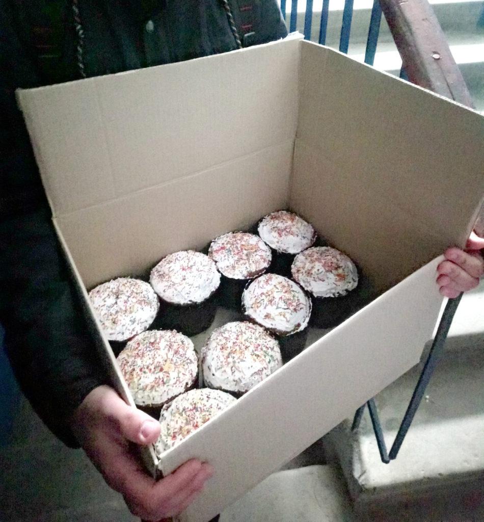 Активисты проекта «Молодая Гвардия» раздали паски жителям Алчевска 2