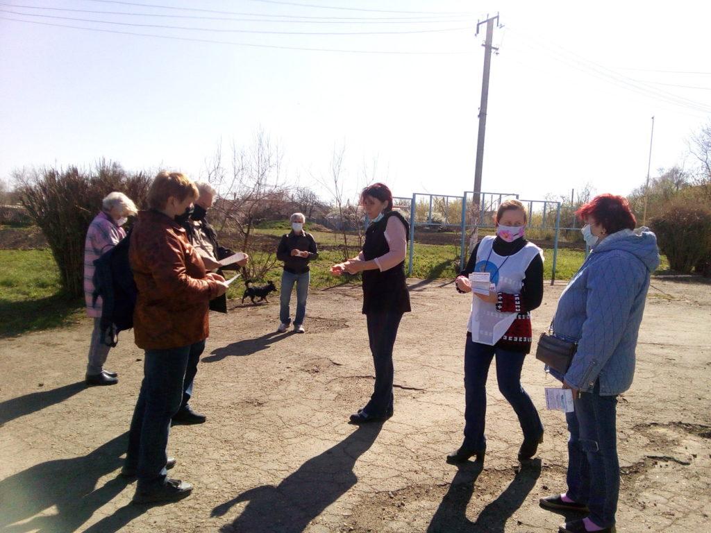 Активисты ОД «Мир Луганщине» рассказали жителям села Жёлтое об акции «Рука помощи» 1