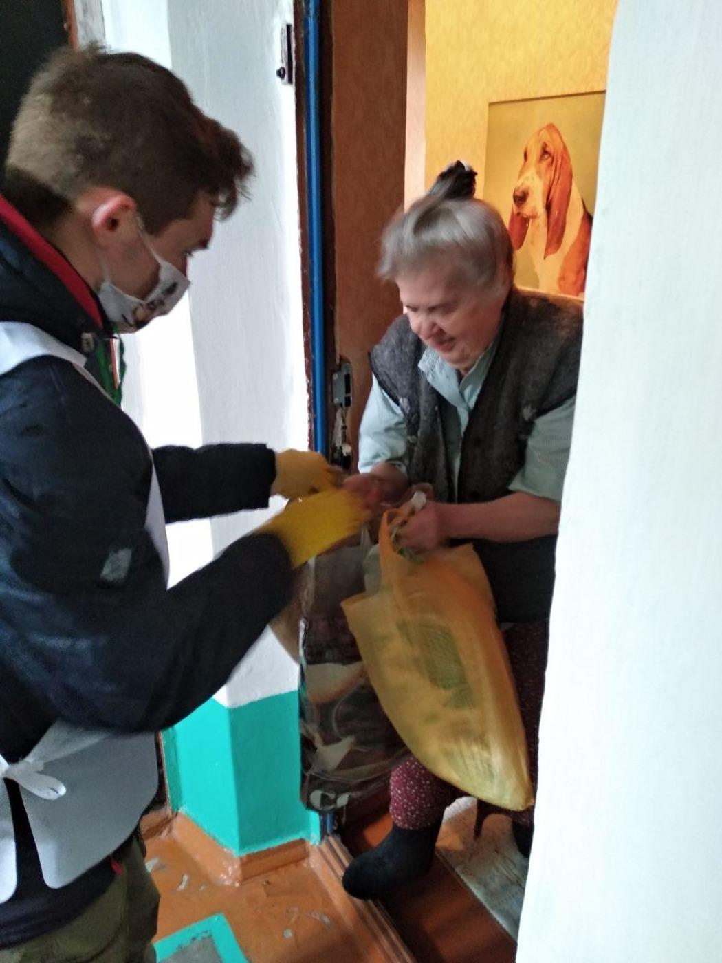 Волонтёры Кировска помогли жителям в рамках акции «Рука помощи»2
