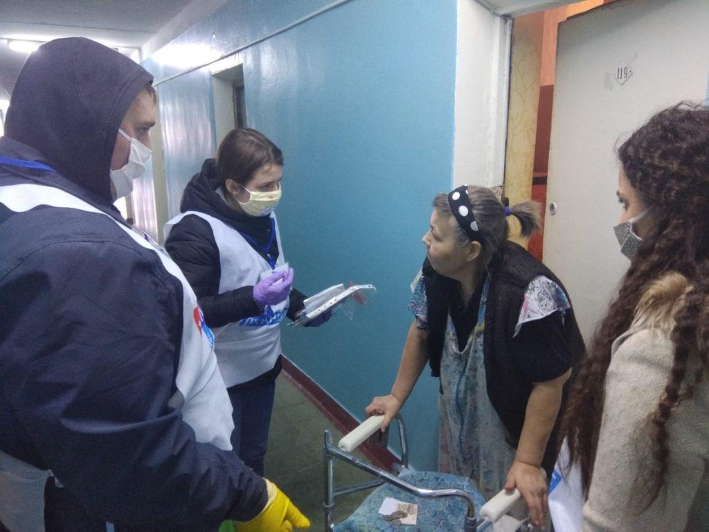 Волонтёры помогли десятерым луганчанам на самоизоляции 1