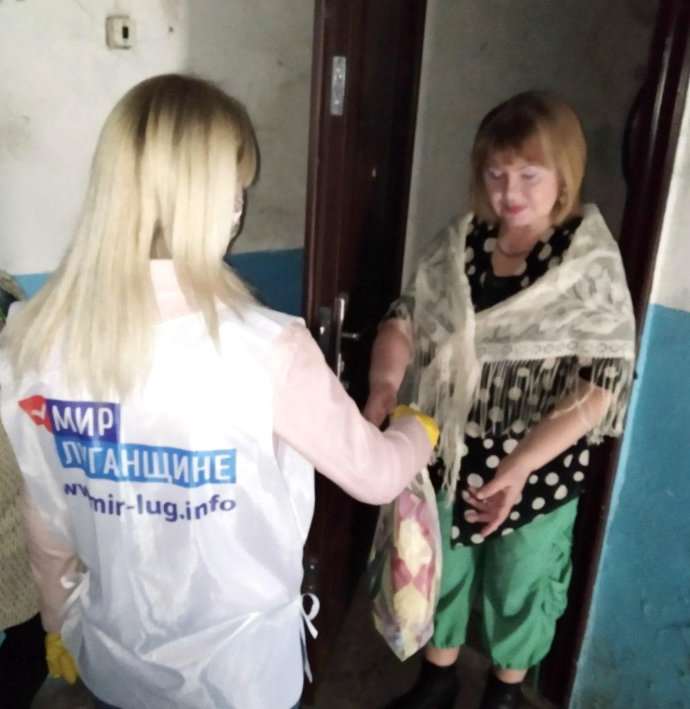 Краснодонские волонтёры помогли жителям города 2