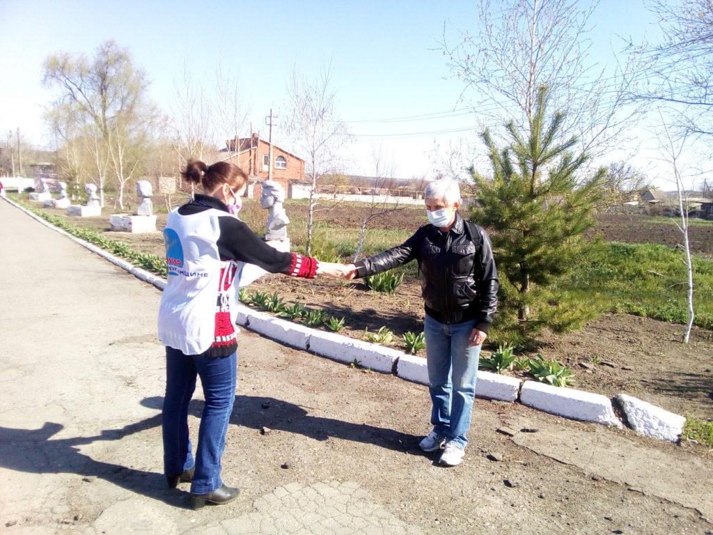 Активисты ОД «Мир Луганщине» рассказали жителям села Жёлтое об акции «Рука помощи» 2