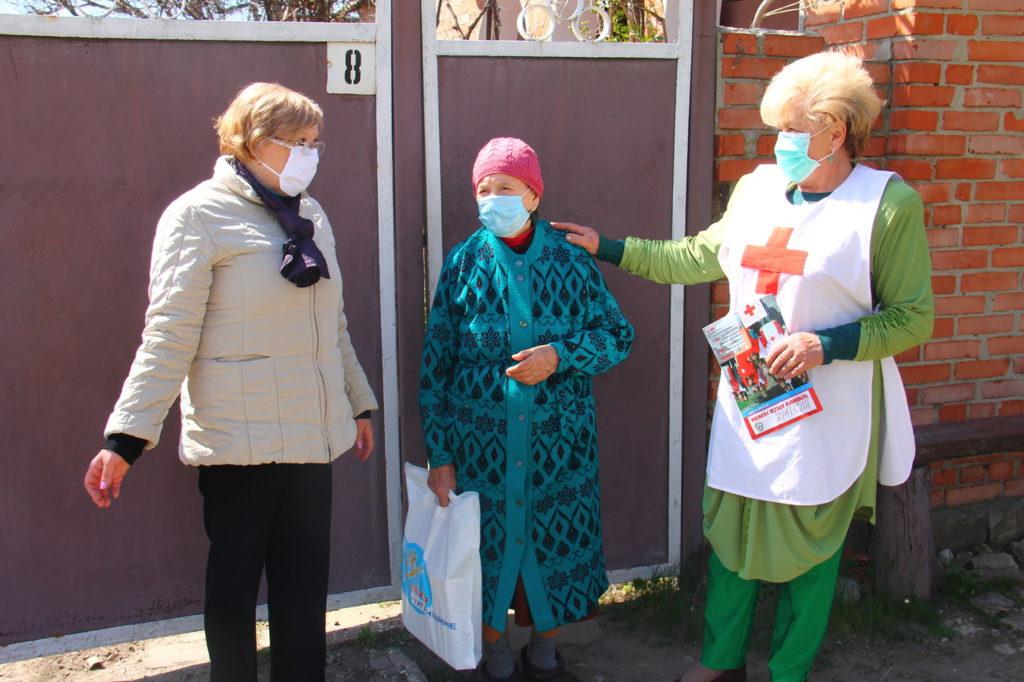 Представители Общества Красного Креста и ОД «Мир Луганщине» передали подарки ветеранам в Славяносербске 2