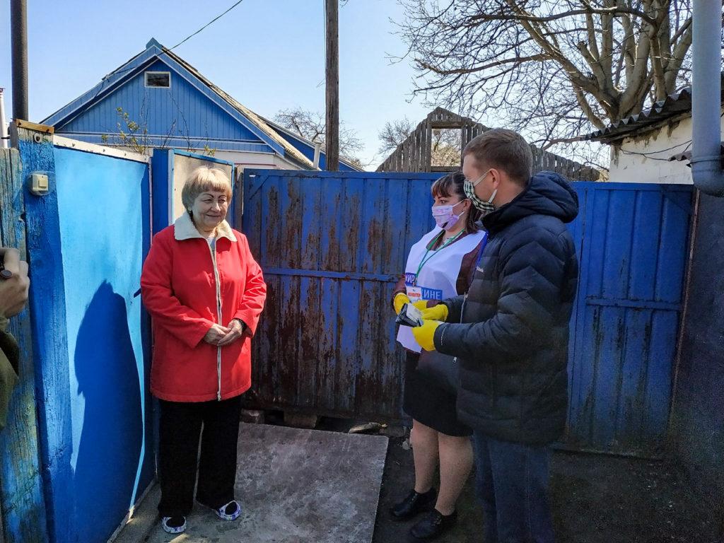 Волонтёры совместно с членами Молодёжного парламента ЛНР помогли пенсионерам в Свердловске 1