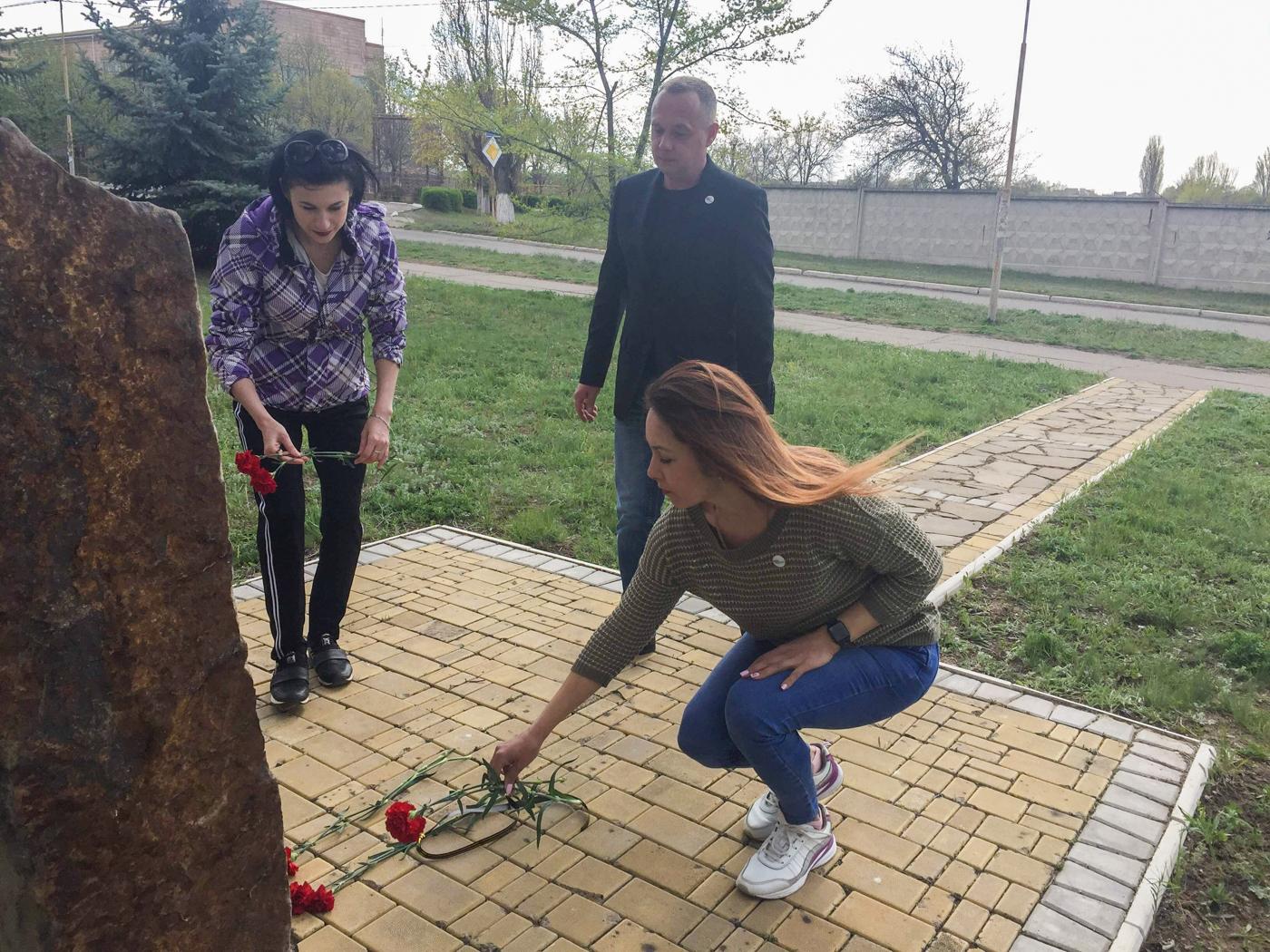 В городах ЛНР возложили цветы к памятным знакам ликвидаторам аварии наЧАЭС 3