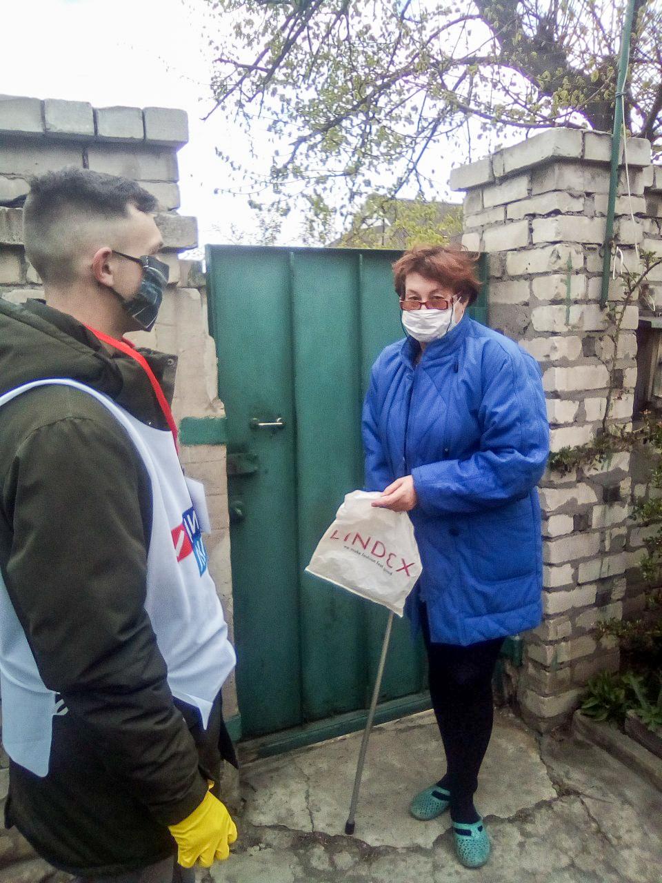 Волонтёры Алчевска помогли жительнице города 2