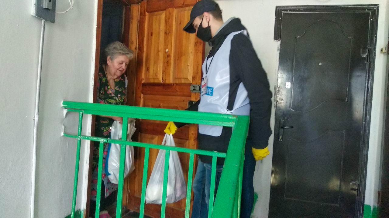 Волонтёры помогли жительнице Стаханова в рамках акции «Рука помощи» 3