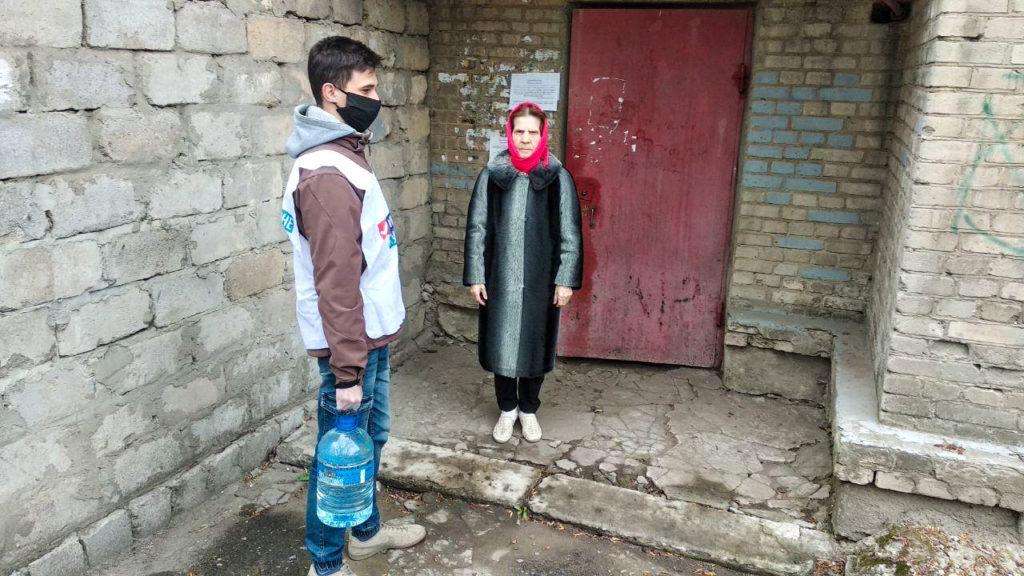 Волонтёры Стаханова помогли пенсионерам в рамках акции «Рука помощи» 1