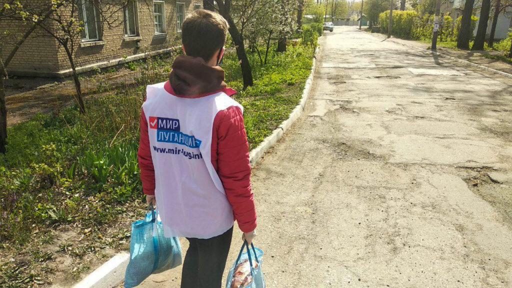 Жителю Стаханова волонтёры помогли в рамках акции «Рука помощи» 1