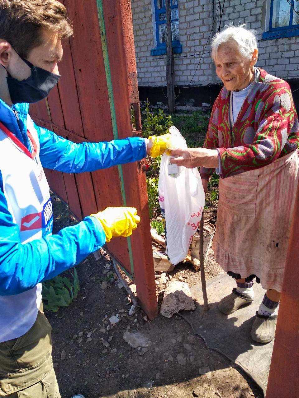 Волонтёры Кировска помогли четырём жителям города 1