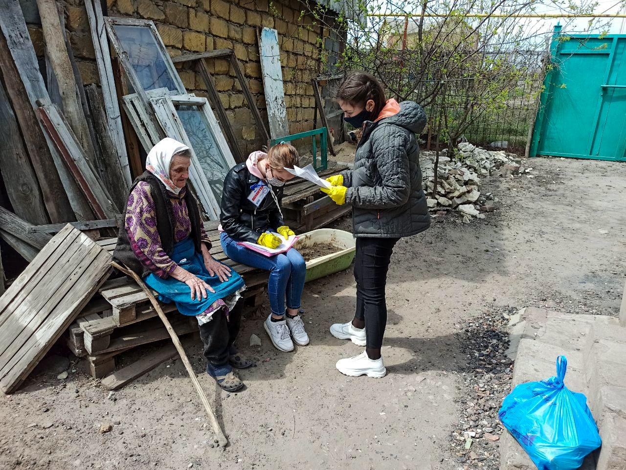 Жители Луганска получили гуманитарную помощь от проекта «Волонтёр» 2