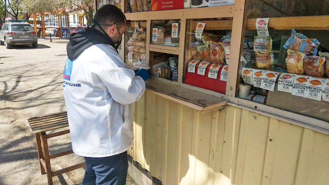 Волонтёры помогли двум жителям Стаханова в рамках акции «Рука помощи» 3