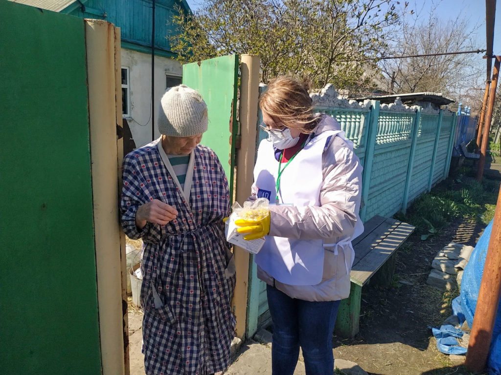 В Свердловске волонтёры помогли жительнице в рамках акции «Рука помощи» 1