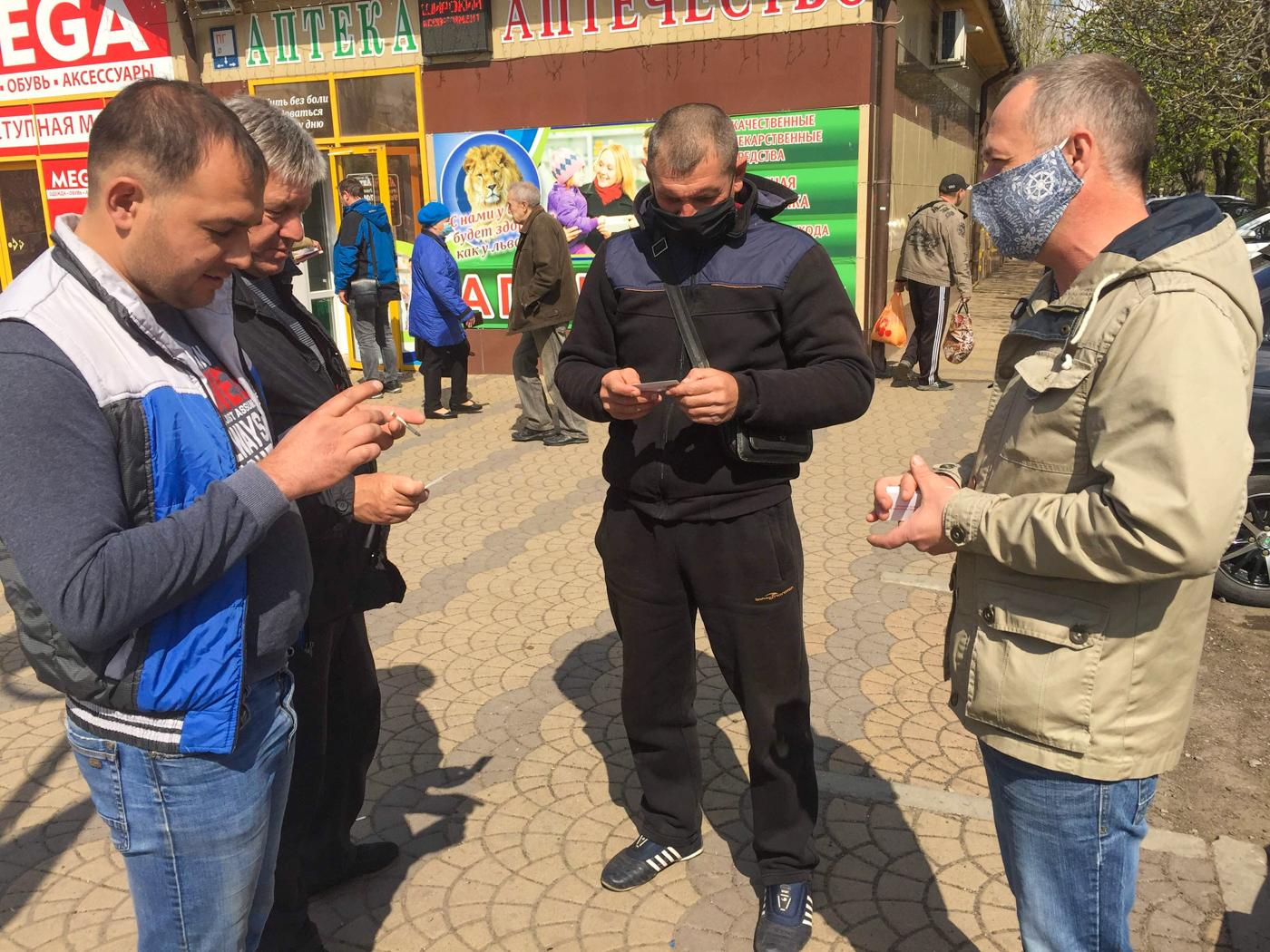 В Лутугино раздали визитки с номерами телефонов горячих линий по борьбе с наркотиками 2