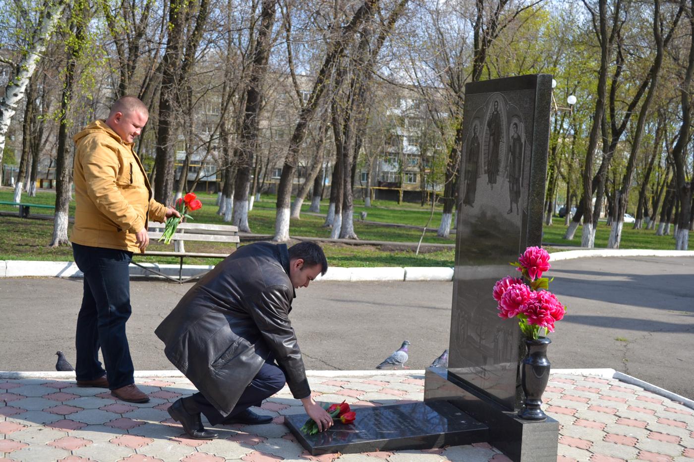 В городах ЛНР возложили цветы к памятным знакам ликвидаторам аварии наЧАЭС 2