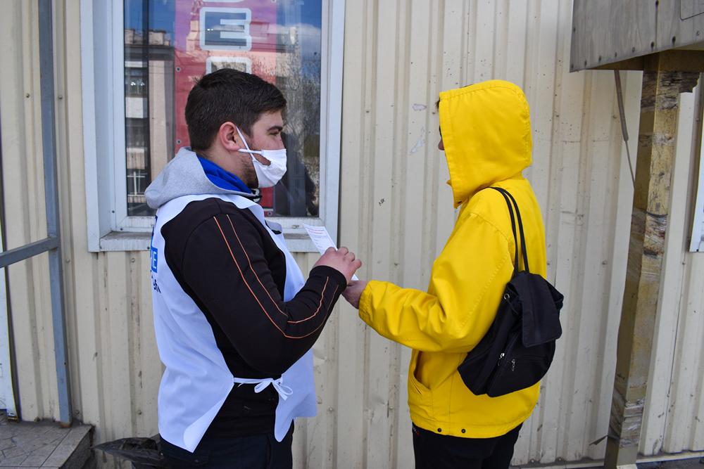 Активисты проекта «Молодая Гвардия» напомнили жителям Брянки об акции «Рука помощи» 2