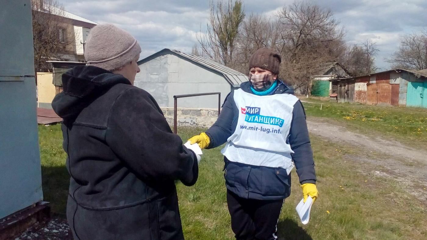 Активисты ОД «Мир Луганщине» проинформировали жителей Славяносербского района об акции «Рука помощи»