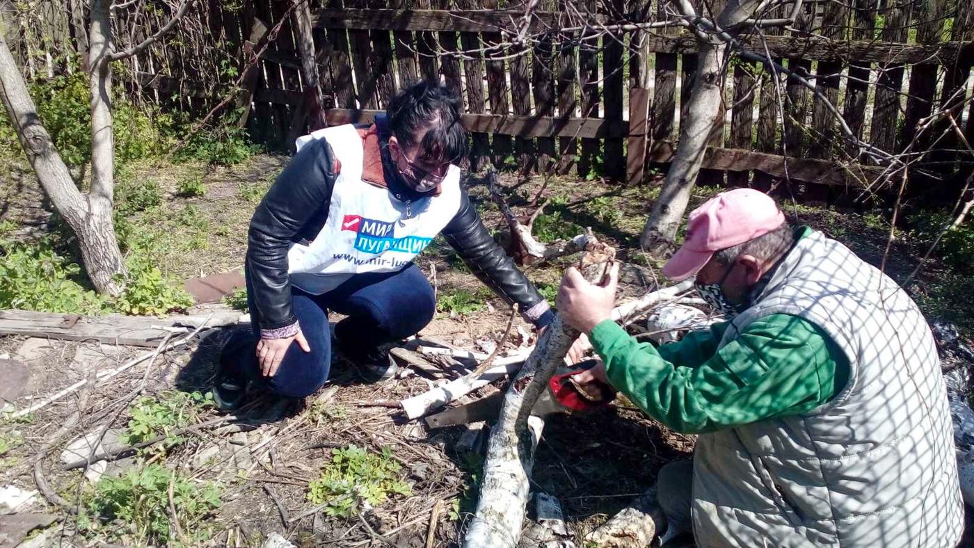 Активисты ОД «Мир Луганщине» Славяносербского района помогли жительнице села Весёлая Гора