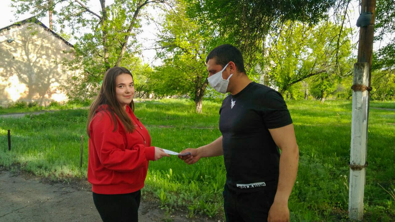 Жителям Красного Луча раздали листовки с информацией об акции «Рука помощи»