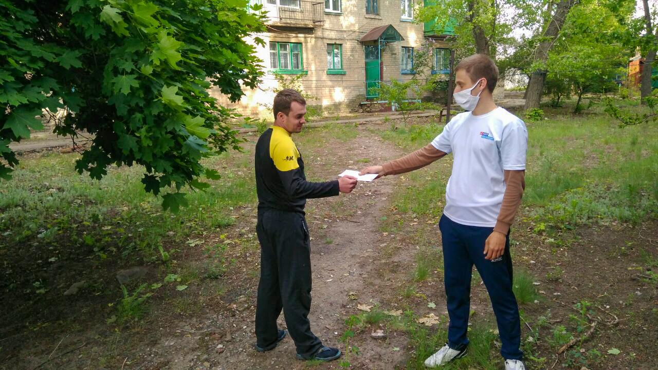 Жителям Красного Луча раздали листовки с информацией об акции «Рука помощи» 2