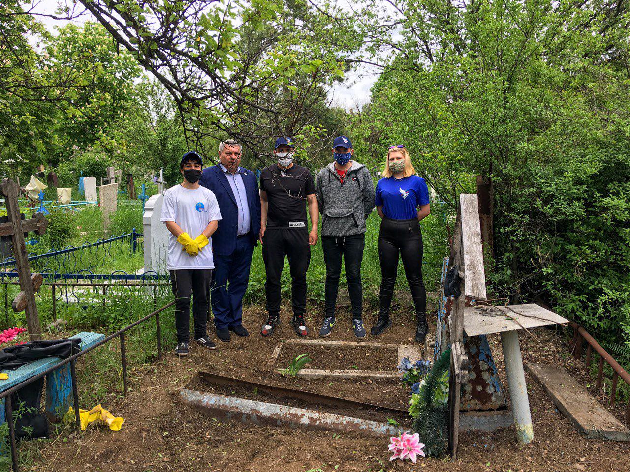 Активисты ОД «Мир Луганщине» привели в порядок могилу ветерана в Красном Луче 3