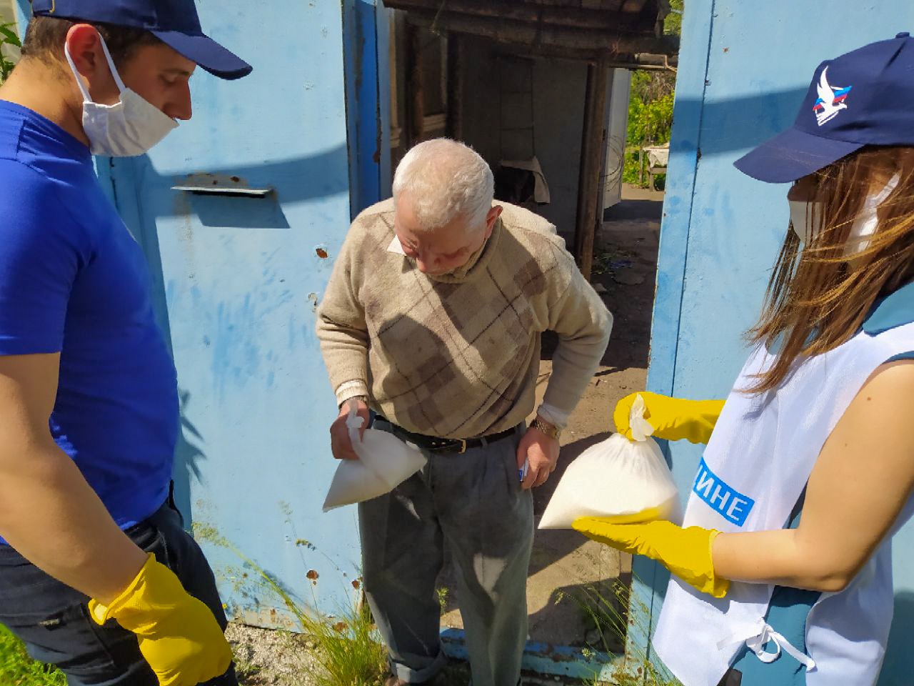 В рамках акции «Рука помощи» волонтёры Красного Луча помогли жителям на самоизоляции