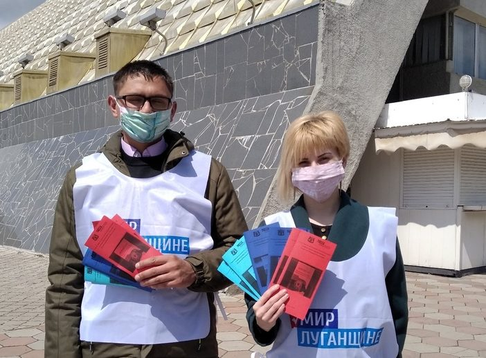 Жителям Луганска раздали буклеты в День Конституции ЛНР 1