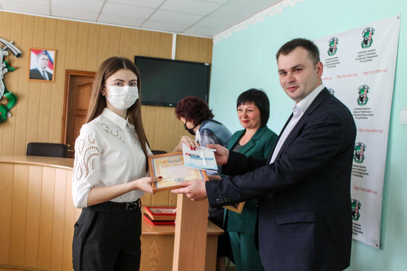 Выпускников и педагогов поздравили с окончанием учебного года в Ровеньках 3