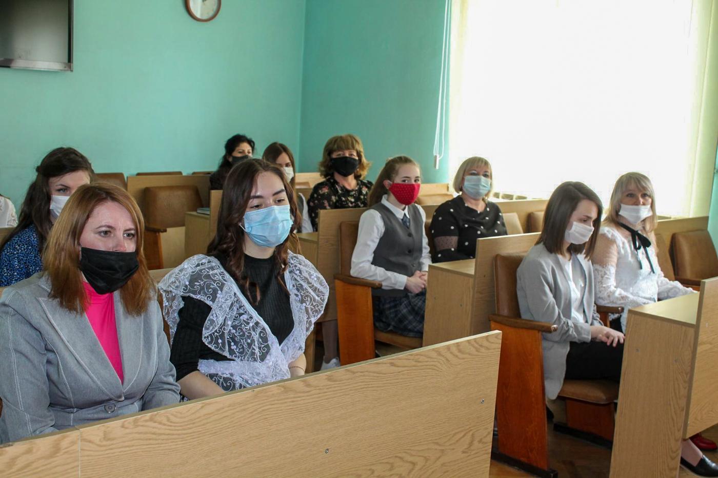 Выпускников и педагогов поздравили с окончанием учебного года в Ровеньках 2
