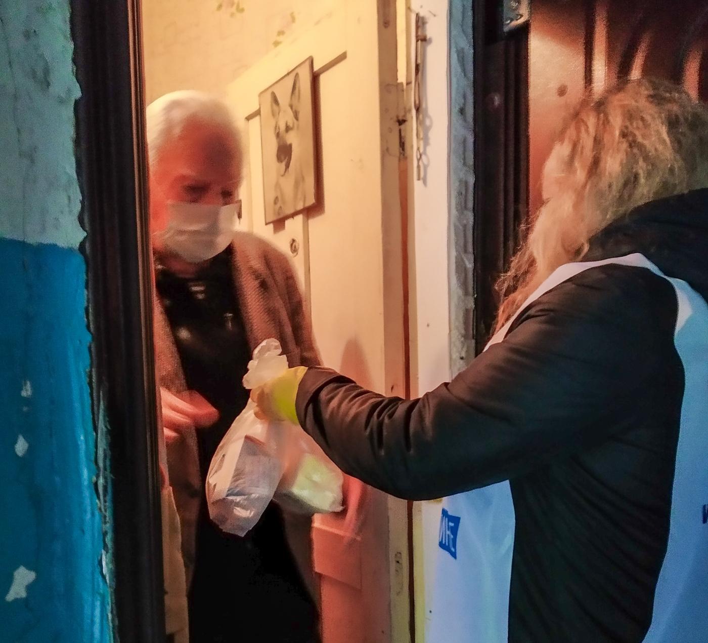 Краснодонские волонтёры помогли жителям города 1