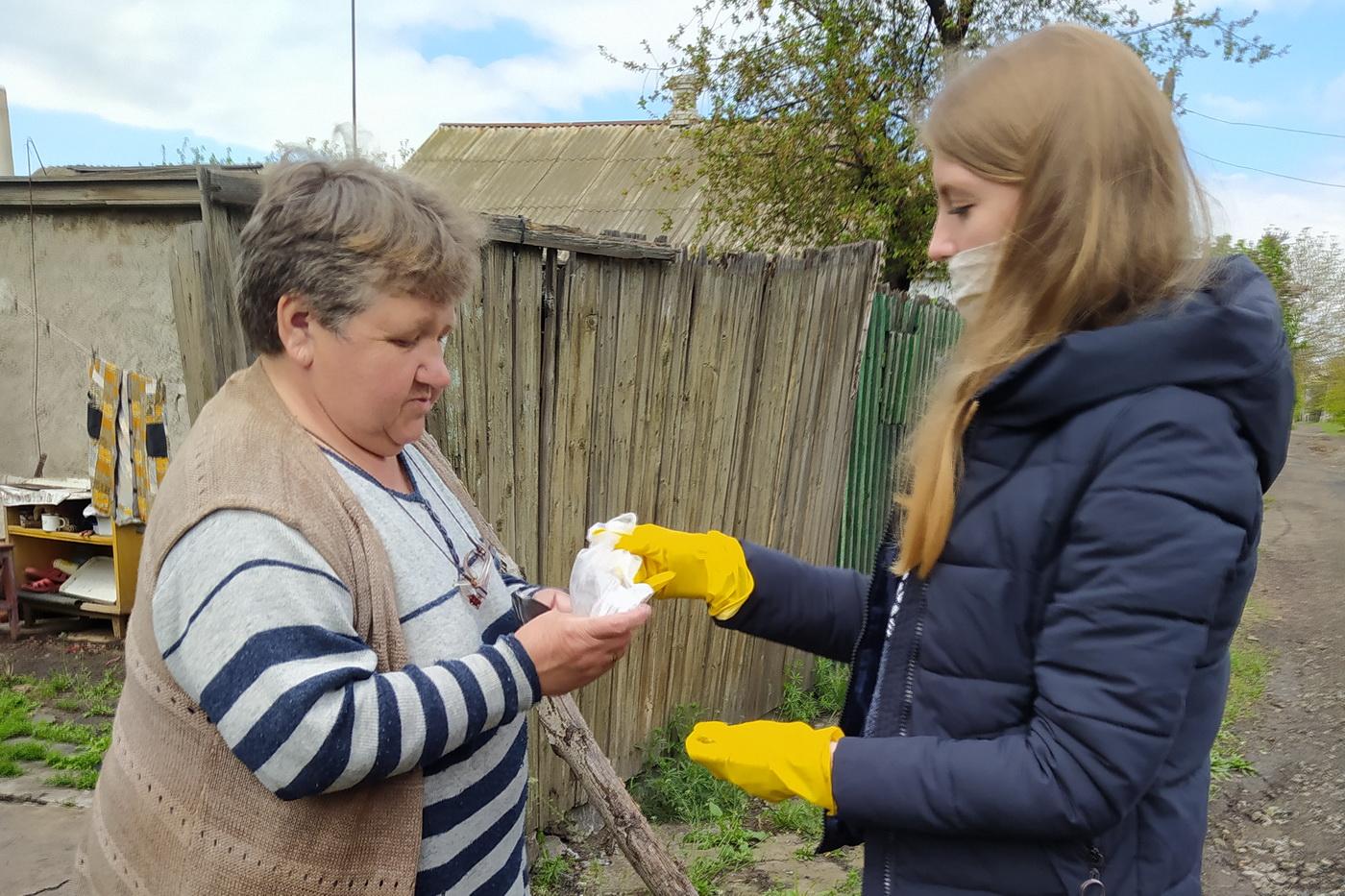 Волонтёры помогли жительнице Красного Луча с покупкой лекарств 1