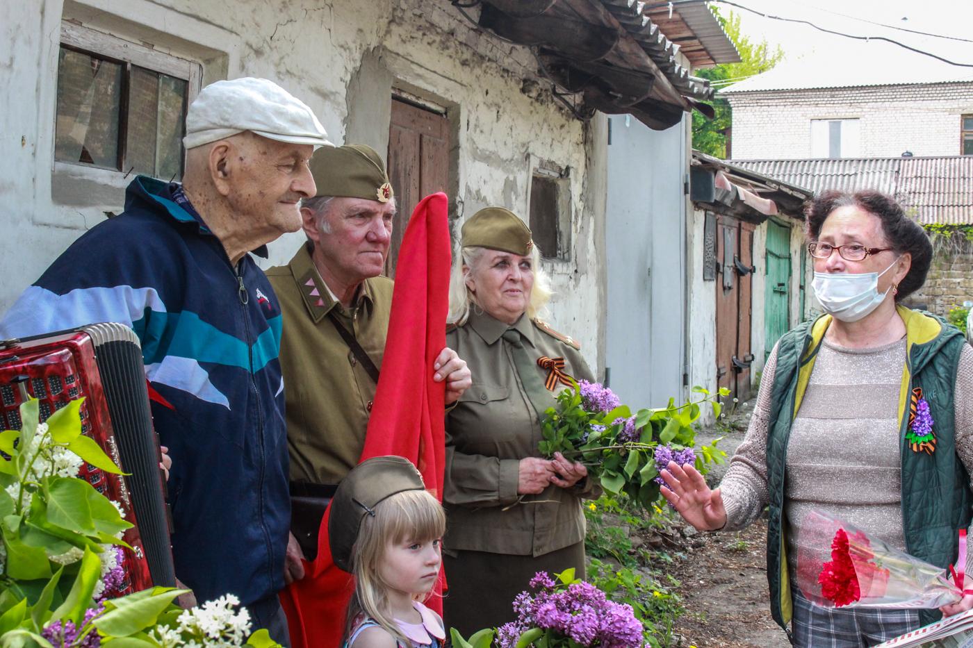 Для ветеранов Великой Отечественной войны устроили мини-концерты в Луганске 1