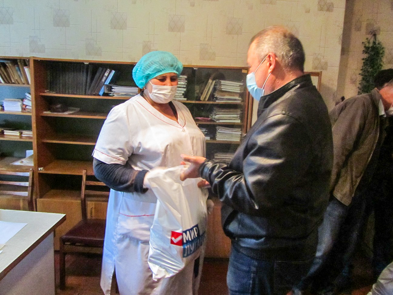Жители Кировска получили продуктовые наборы от проекта «Волонтёр» 1