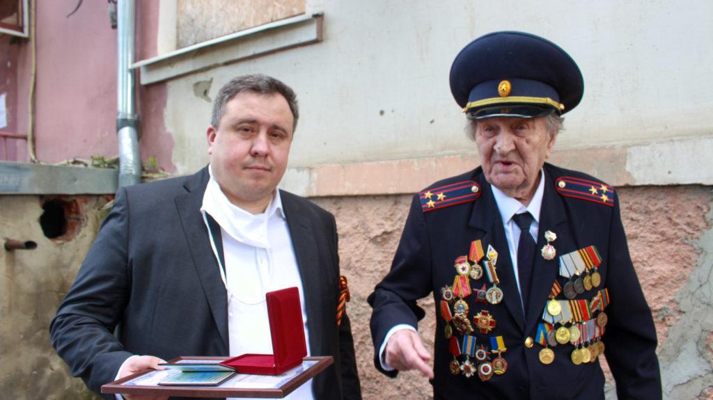 Ветеранам Великой Отечественной войны в Луганске торжественно вручили медали от Общероссийского Совета по общественным наградам