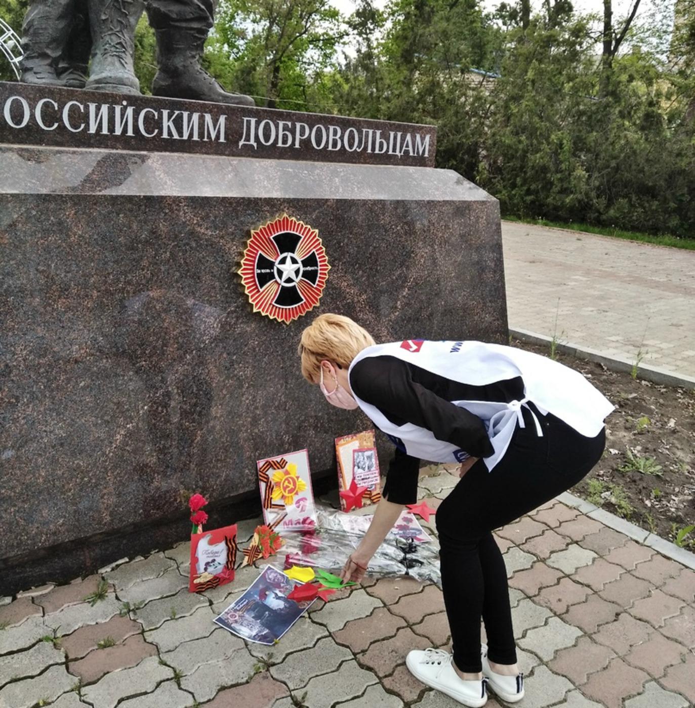 Представители ОД «Мир Луганщине» возложили цветы к памятнику Российским добровольцам в Луганске 2