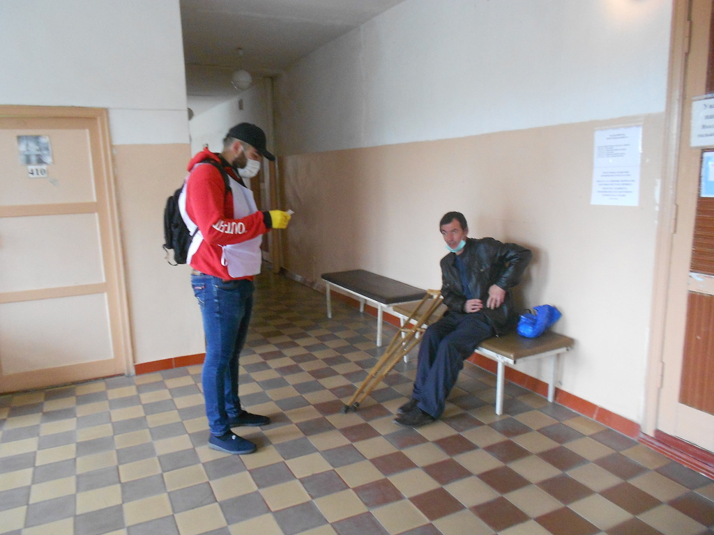 В рамках акции «Рука помощи» волонтёры помогли жителю Ровеньок