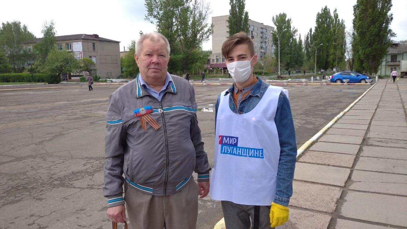Активисты ОД «Мир Луганщине» раздали георгиевские ленточки в Кировске 2