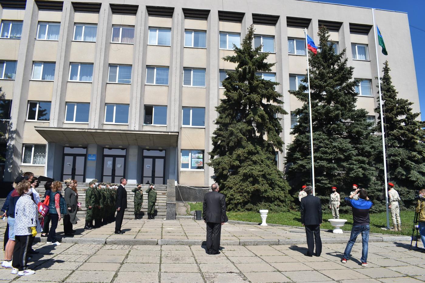 В Брянке состоялось торжественное поднятие флага Луганской Народной Республики 1