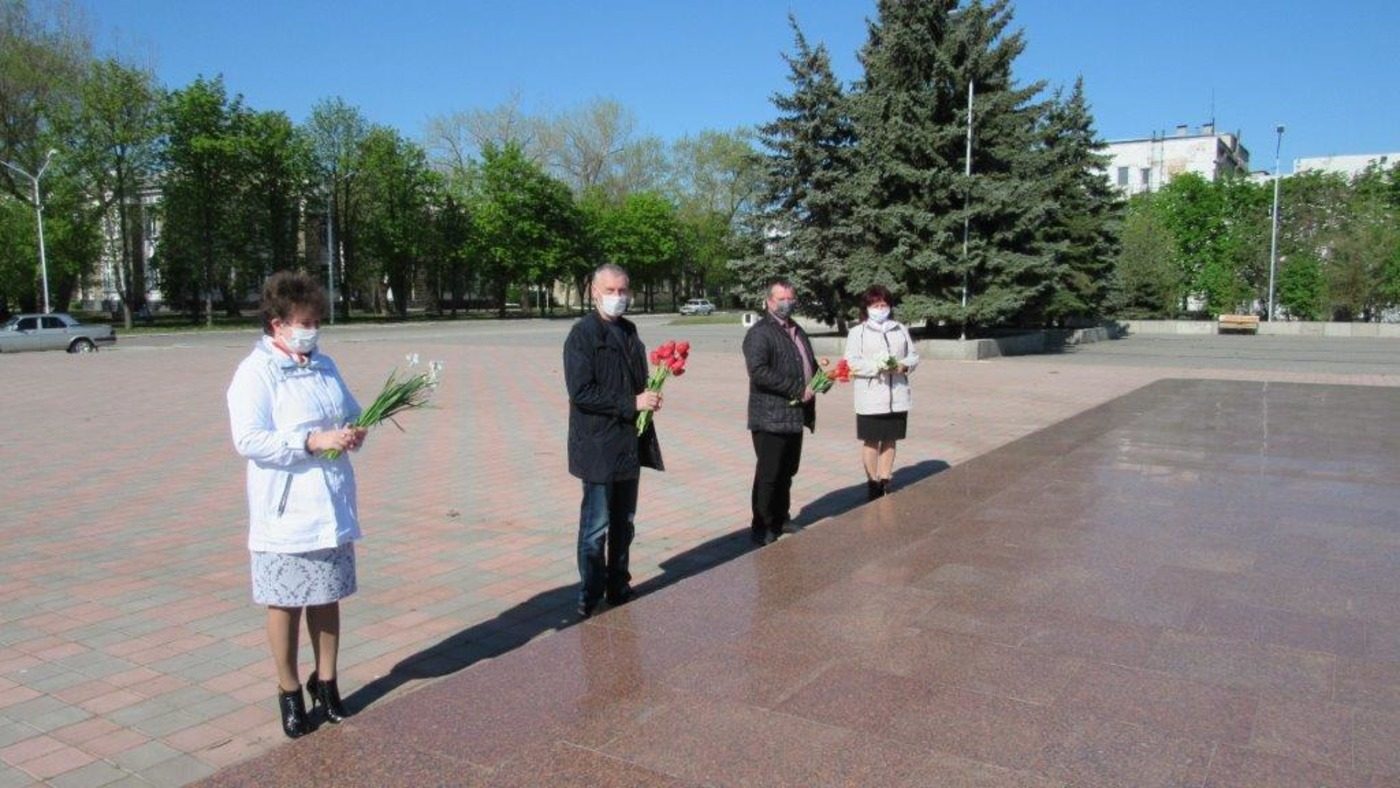 В городах и районах ЛНР состоялось возложение цветов к памятным местам 1