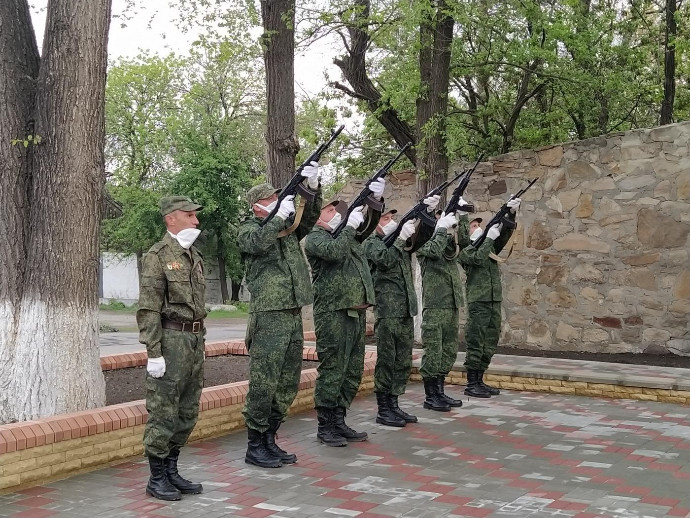 В Перевальске открыли отреставрированный памятник «Скорбящая мать» 3