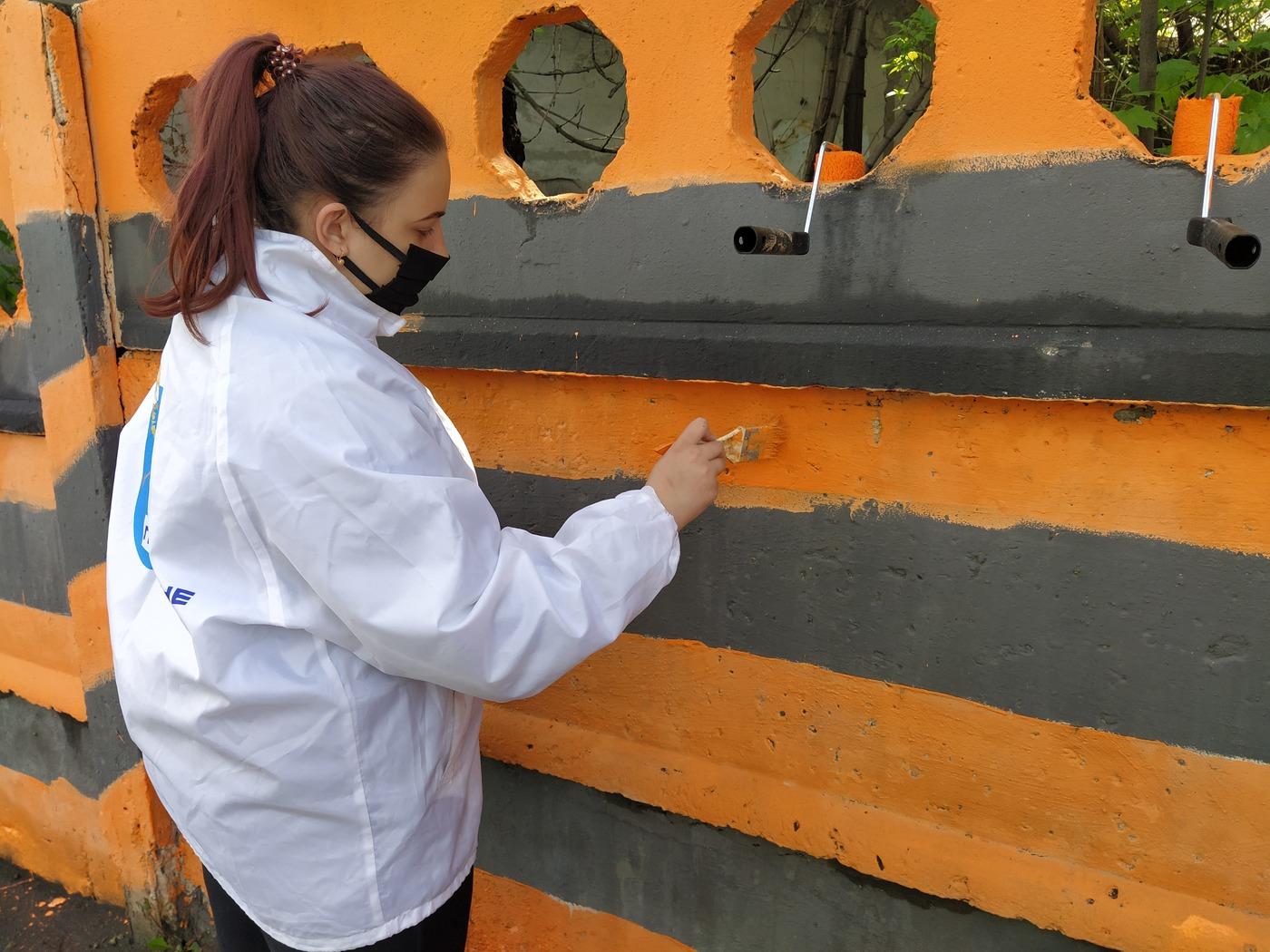 Активисты ОД «Мир Луганщине» разрисовала стену на въезде в Перевальск 1