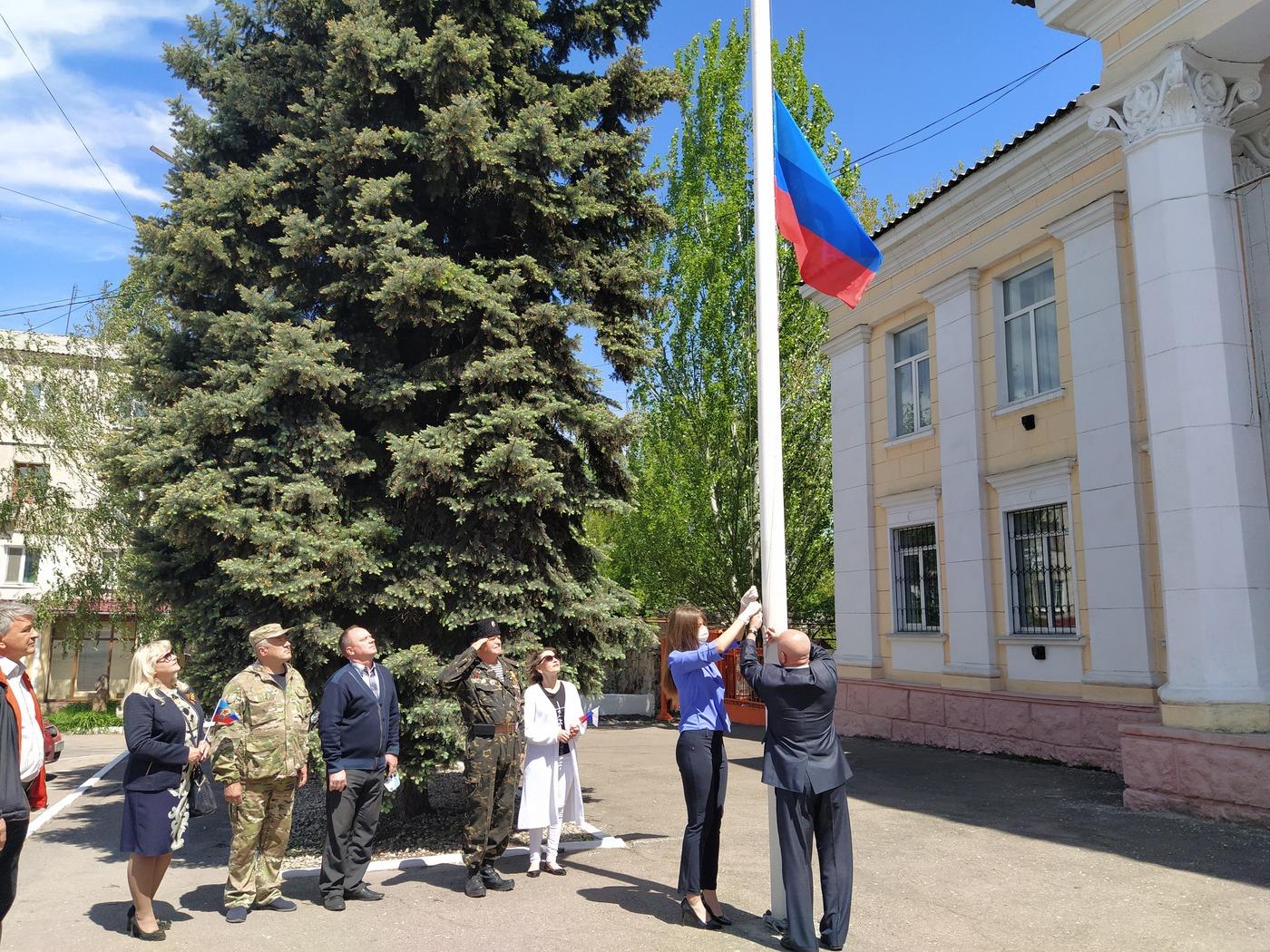 В Перевальске подняли флаг Луганской Народной Республики 1