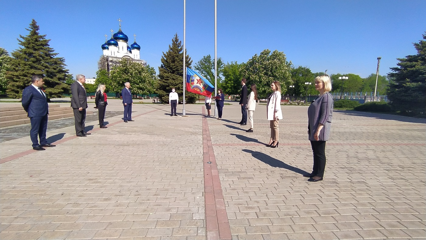В Краснодоне состоялось поднятие флага Луганской Народной Республики 1