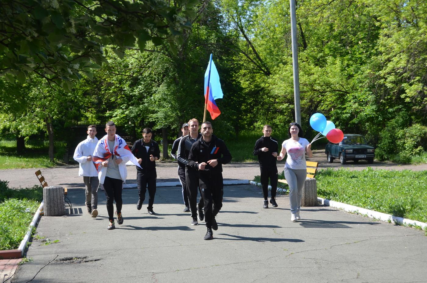 В Алчевске активисты проекта «Молодая Гвардия» отметили День Республики пробежкой 2