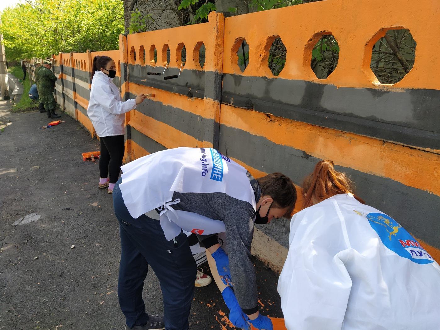 Активисты ОД «Мир Луганщине» разрисовала стену на въезде в Перевальск 2